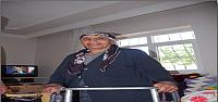 Yaşlı Kadının Yürüme Sevinci